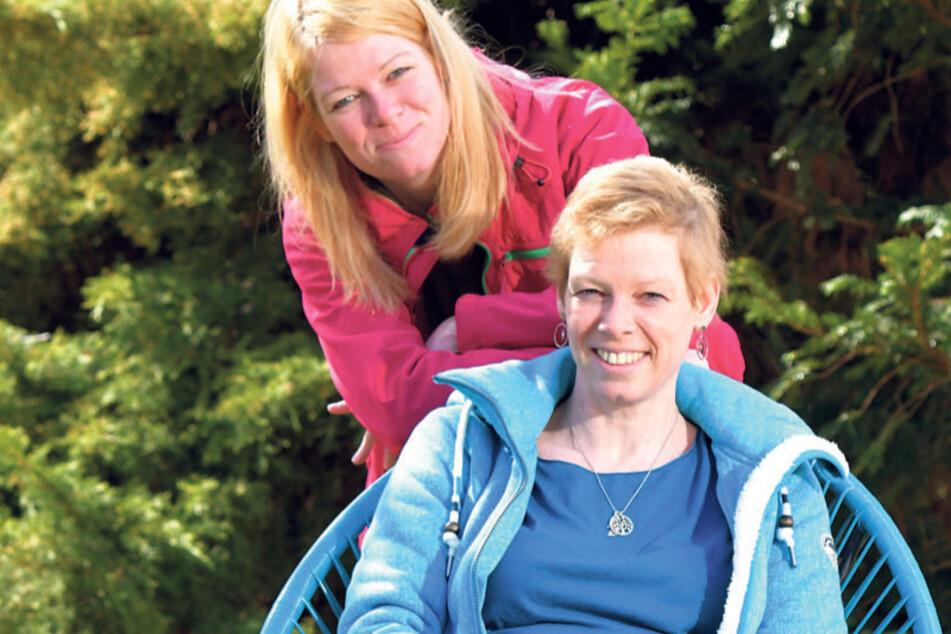Ein Herz und eine Seele: Leukämie-Patientin Anja Berthold (43) ist auf die Hilfe ihrer Zwillingsschwester Katja Gertel (hinten) angewiesen.