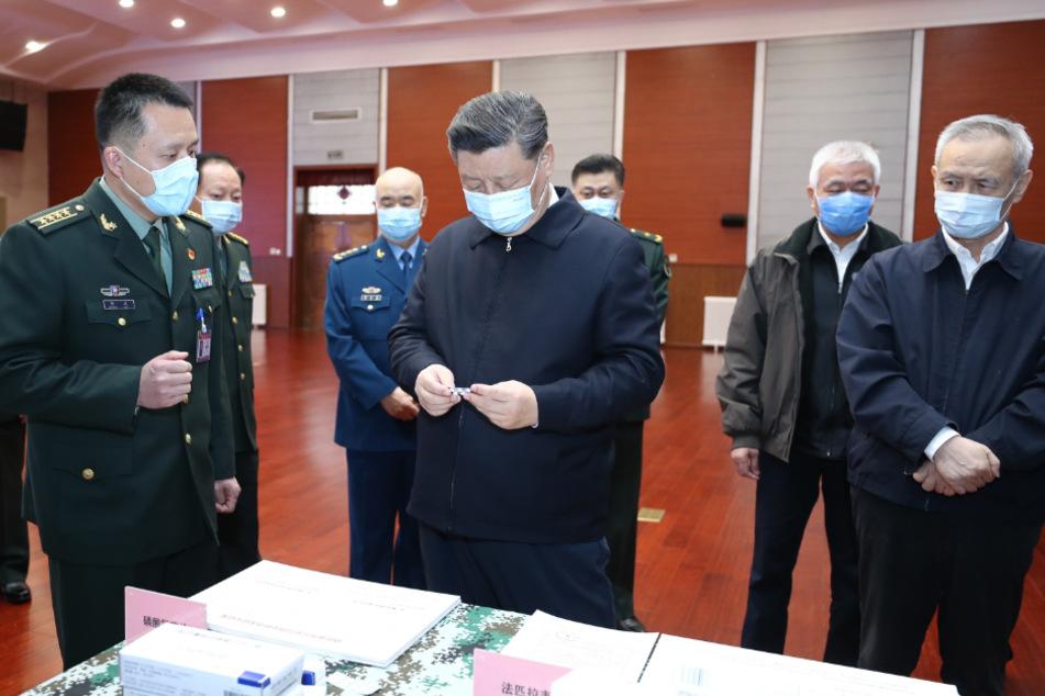 Chinas Präsident Xi Jinping informiert sich während eines Besuchs in der Akademie für Militärmedizin über die Fortschritte bei der Forschung und Anwendung von Impfstoffen und Medikamenten gegen das Coronavirus.
