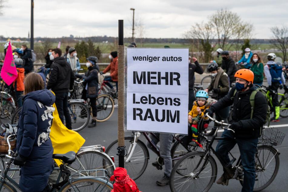 Über 2000 Teilnehmer waren mit einem Fahrradkorso auf der A100 unterwegs.