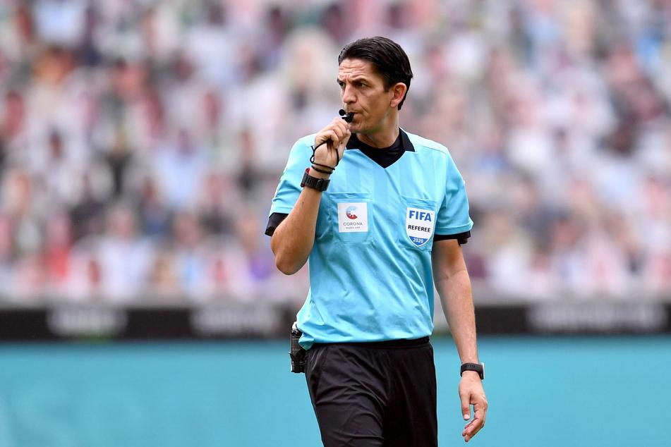 Referee Deniz Aytekin (43) hat mit seiner Gelb-Roten Karte für Mo Dahoud (25) beim Spiel zwischen Borussia Mönchengladbach und dem BVB für Aufsehen gesorgt.