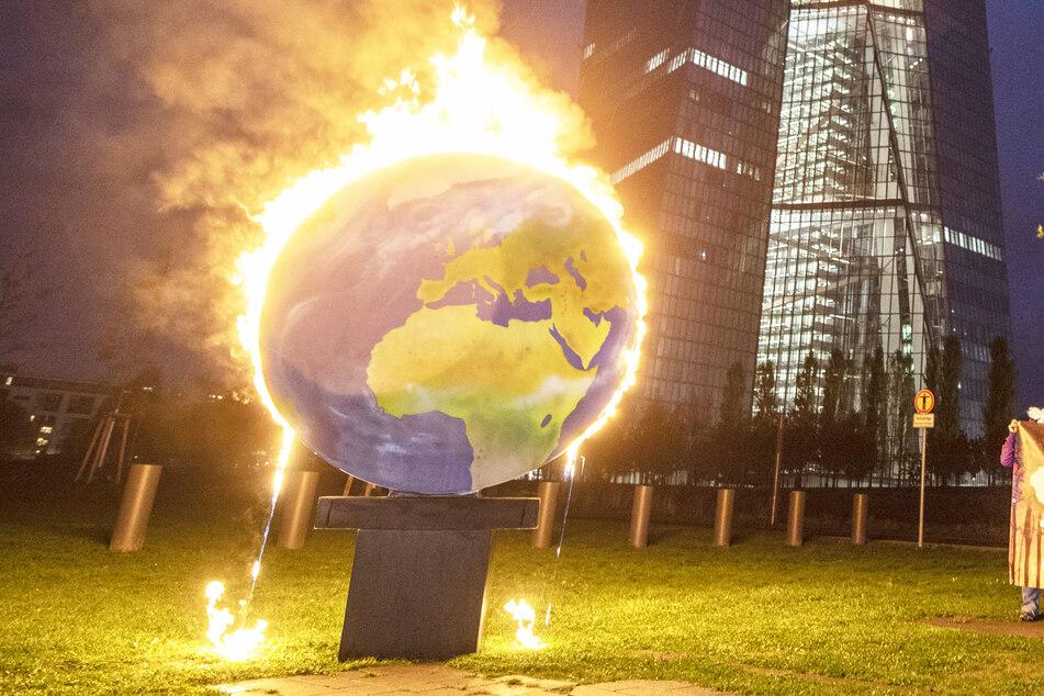 Darum brennt die Welt vor dem Hauptsitz der EZB