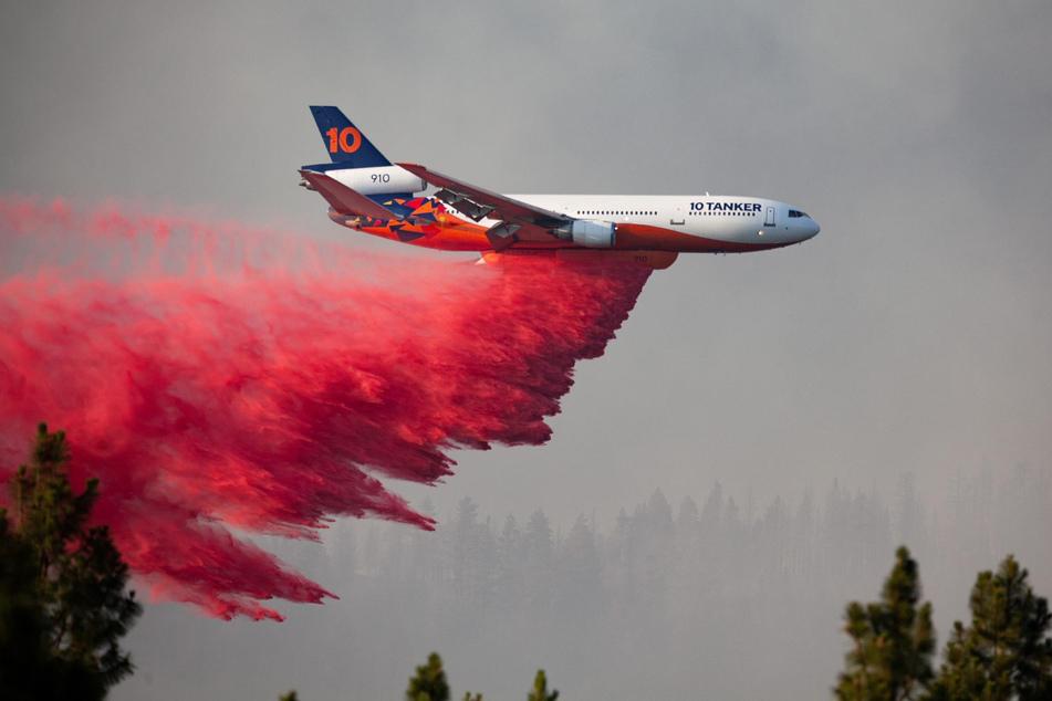 Ein Flugzeug wirft Löschmittel über dem Brand im Süden des US-Bundesstaates Oregon ab.
