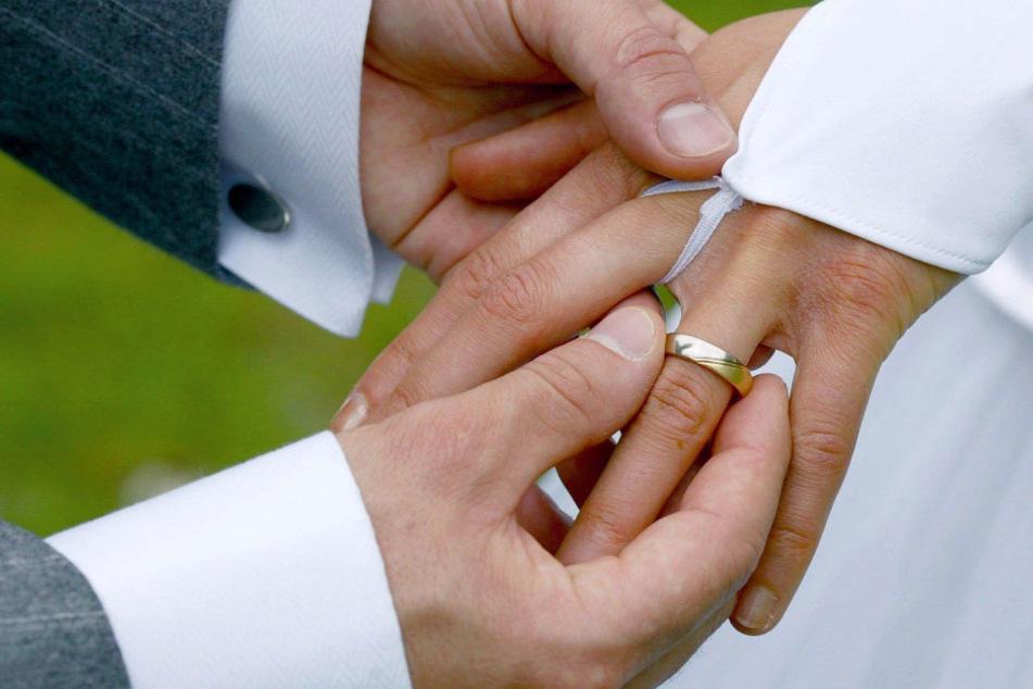 Massive Corona-Verstöße: Brautpaar feiert Hochzeit mit 100 Gästen!