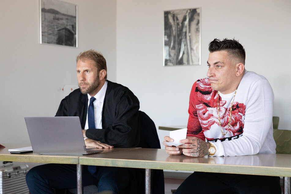 Verteidigt wird der Rapper von TV-Anwalt Christopher Posch (links).