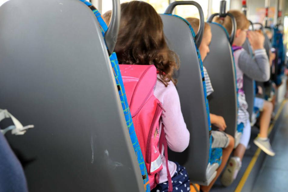 An den ersten Schultagen waren vor allem im ländlichen Raum die Schulbusse häufig überfüllt (Archivbild).