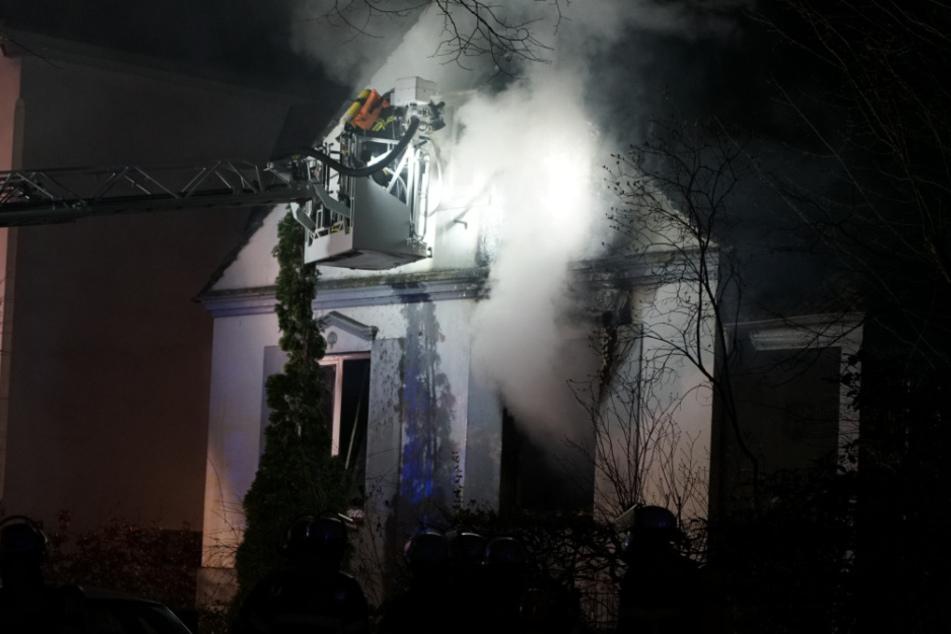 Einsatzkräfte der Feuerwehr versuchen den Brand zu löschen.