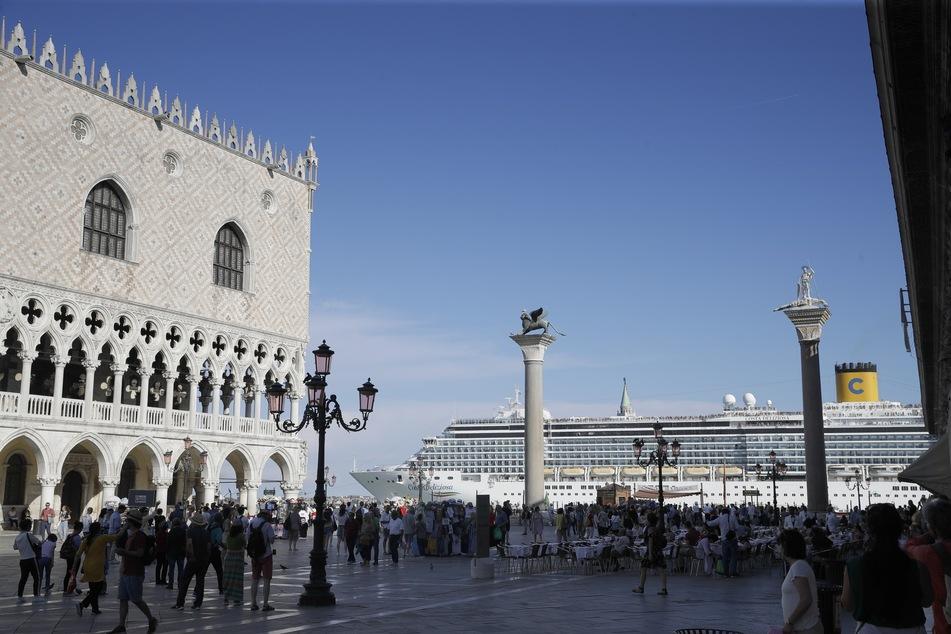 Ein Kreuzfahrtschiff fährt am Markusplatz in Venedig vorbei.