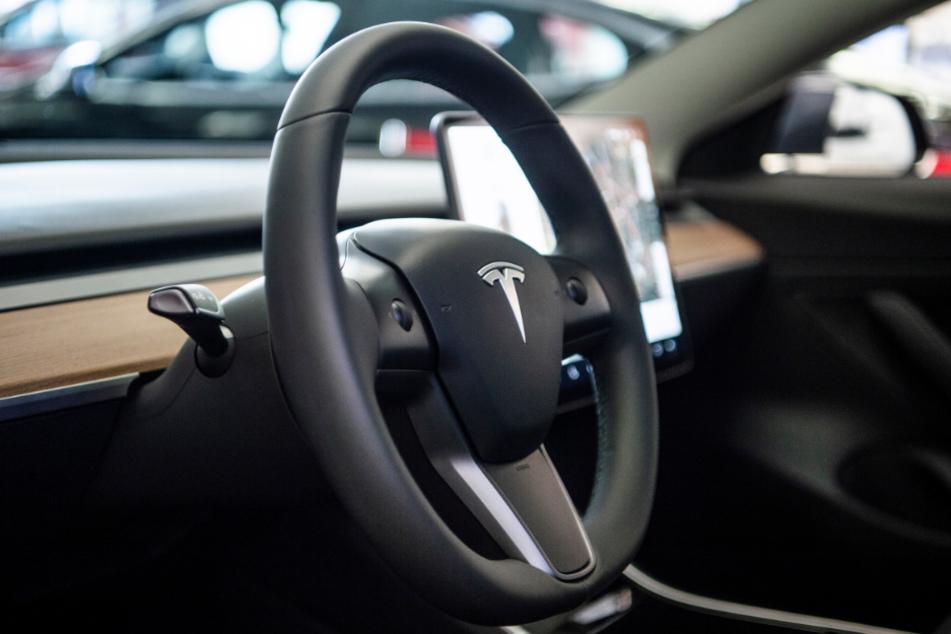 Hat Tesla mit seiner Auto-Pilot-Werbung zu viel versprochen? (Symbolbild)
