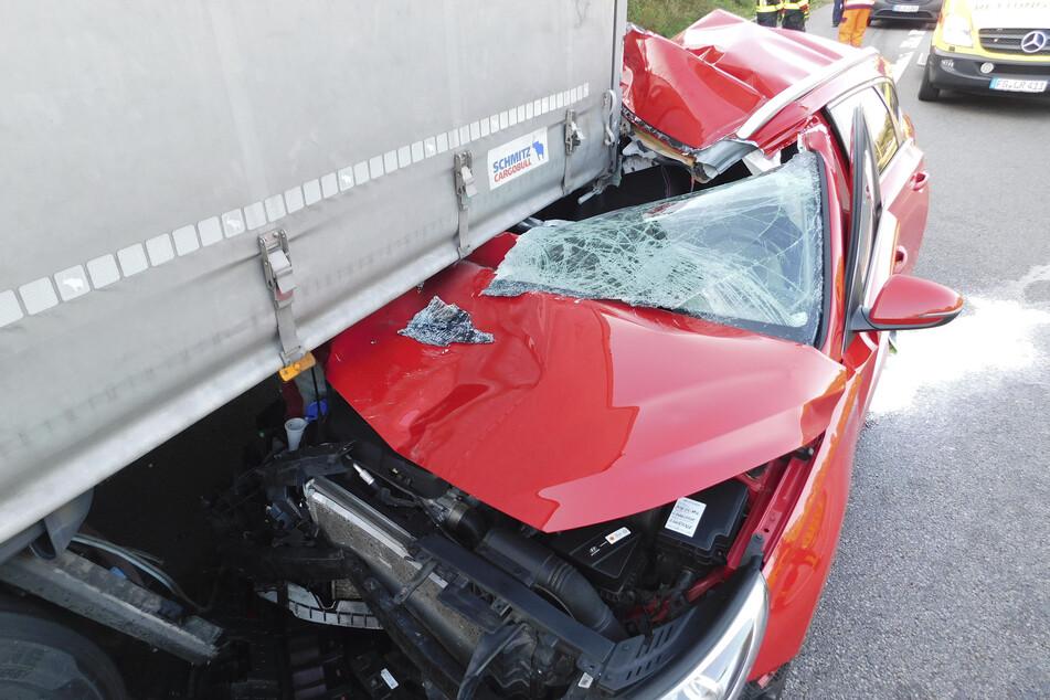 Auto kracht in Lkw! 30-Jähriger bei Unfall auf A4 schwer verletzt