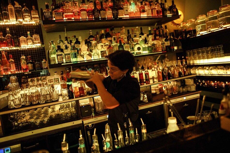 Die Barkeeperin mixt Cocktails in einer Bar. Ab Montag ist das in NRW wieder möglich.