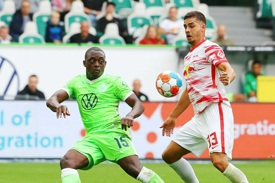 VfL Wolfsburgs Verteidigung um Jérôme Roussillon (l.) machte RB Leipzigs Stürmer André Silva das Leben schwer.