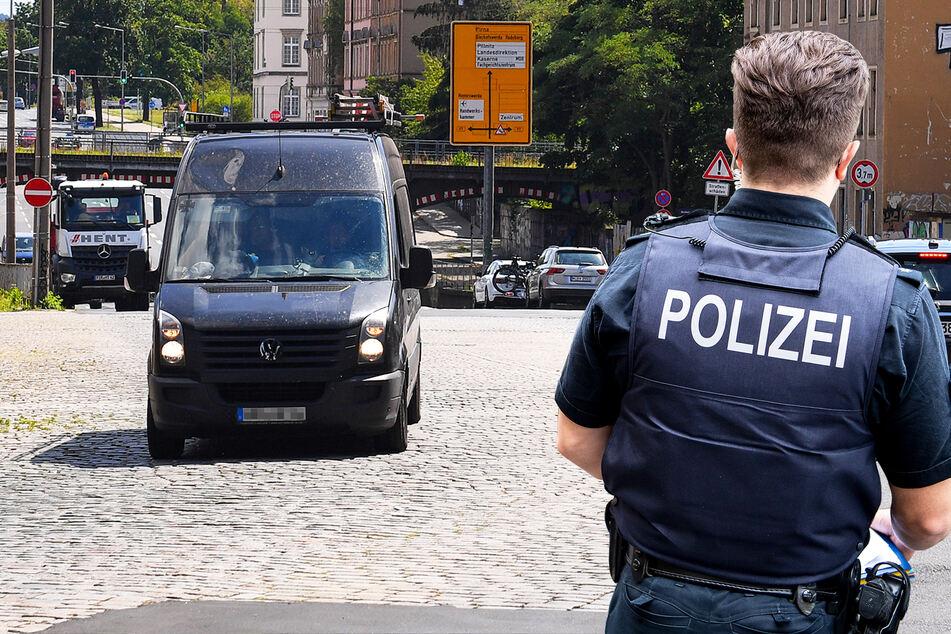 Transporter fährt durch Dresden, plötzlich springen Leute heraus und fliehen