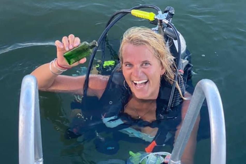 """Kleine Flasche, großer Wirbel: Jennifer Dowker mit dem """"Schatz""""."""