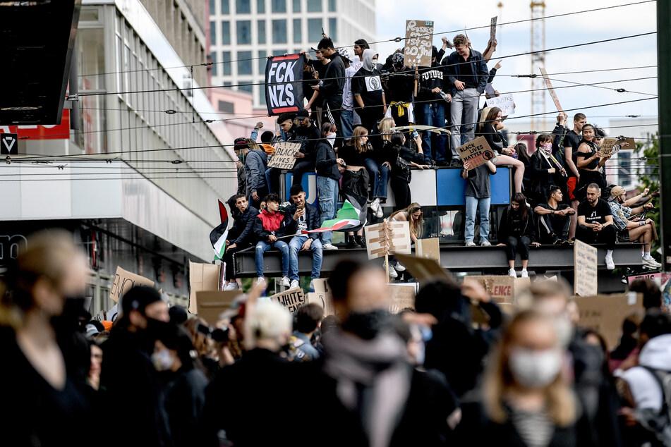 Nach friedlicher Anti-Rassismus-Demo: Flaschenwürfe auf Polizisten!
