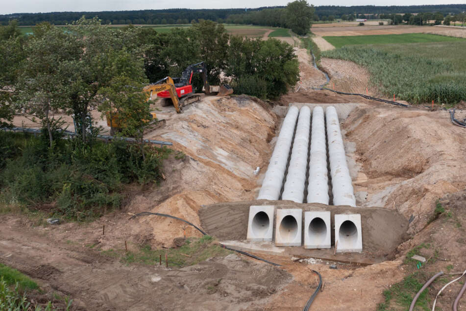 Rohre werden an der Stelle der A61 bei Swisttal-Ollheim verlegt, wo die Autobahn durch die Flutkatastrophe absackte und zerstört wurde.