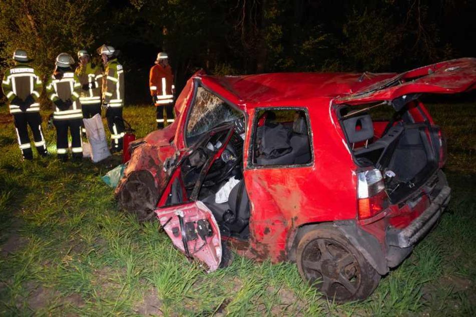 VW kommt von Straße ab und landet auf Feld: Vier Personen verletzt!