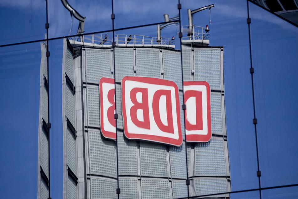 Das Logo der Deutschen Bahn AG (DB) am Berliner Hauptbahnhof spiegelt sich in einer Gebäudefassade.