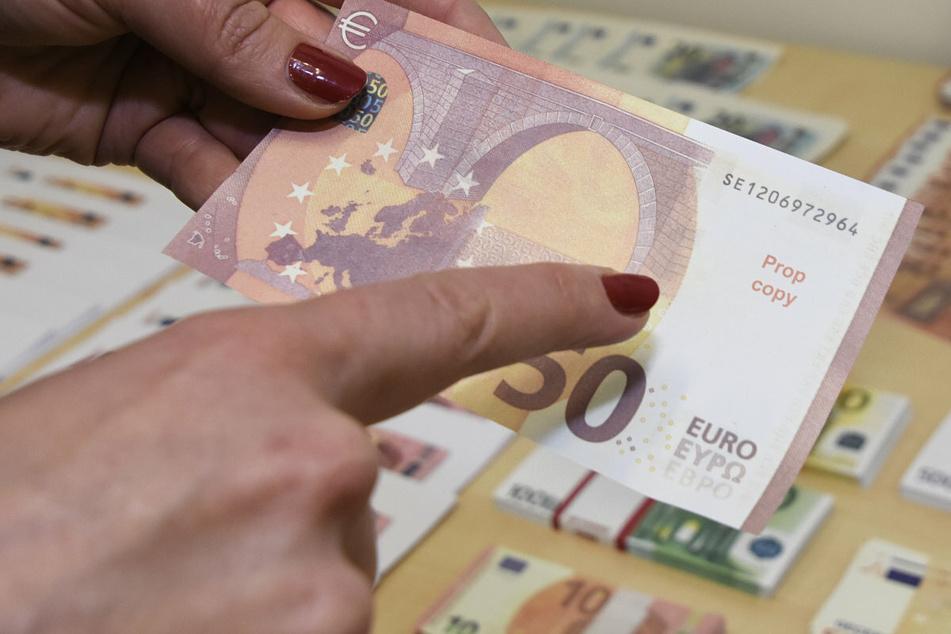 Vor allem falsche 20- und 50-Euro Scheine seien den Ermittlern nach in den Umlauf gebracht worden.