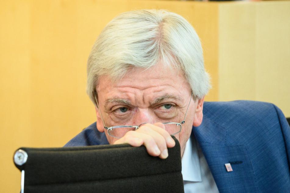 Wiesbaden: Volker Bouffier sitzt auf seinem Platz im Plenarsaal.
