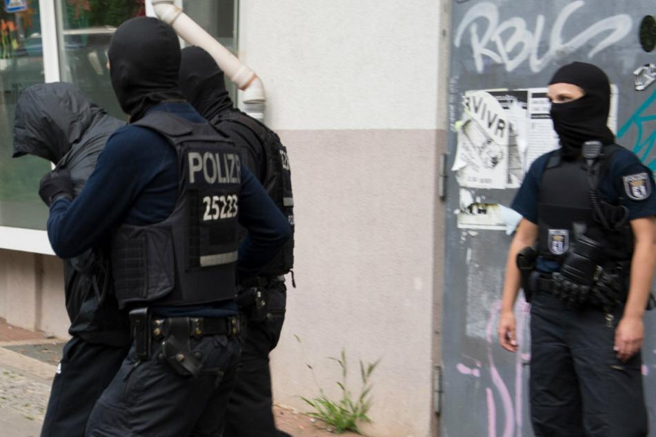 Nach einer Razzia führen Polizeibeamte einen Verdächtigen aus dem Clan-Milieu ab. (Symbolfoto)