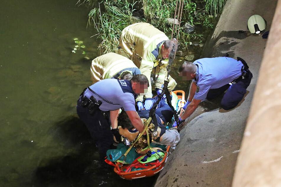 Feuerwehrleute und Polizisten retteten den Mann (45) aus der Elbe.