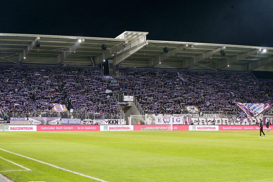 Proppenvoll gefüllte Tribüne im Auer Erzgebirgsstadion - gehören die der Vergangenheit an? Die Forscher gehen davon aus, dass sich immer mehr Fans vom Profi-Fußball abwenden.