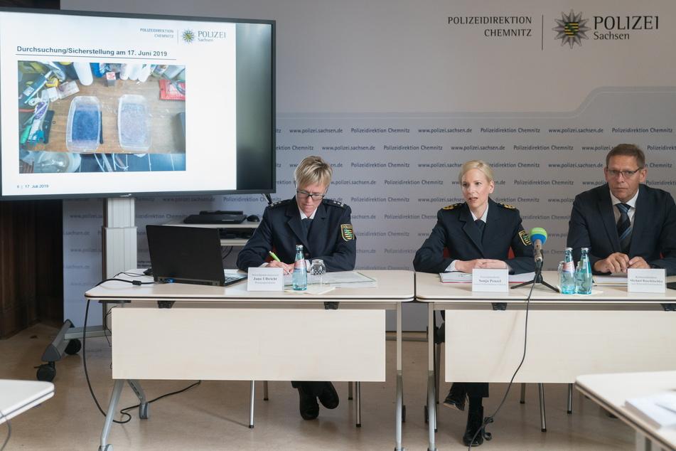 Auf einer Pressekonferenz verkündete die ehemalige Präsidentin der PD Chemnitz, Sonja Penzel (50), den Schlag gegen ein Drogennetzwerk in Oelsnitz.