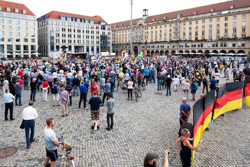 Blick auf eine Pegida-Demo auf dem Dresdner Altmarkt im Juni dieses Jahres.