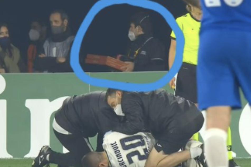 Auf dem Screenshot aus der Verletzungspause ist im Hintergrund ein Pizzalieferant zu erkennen.