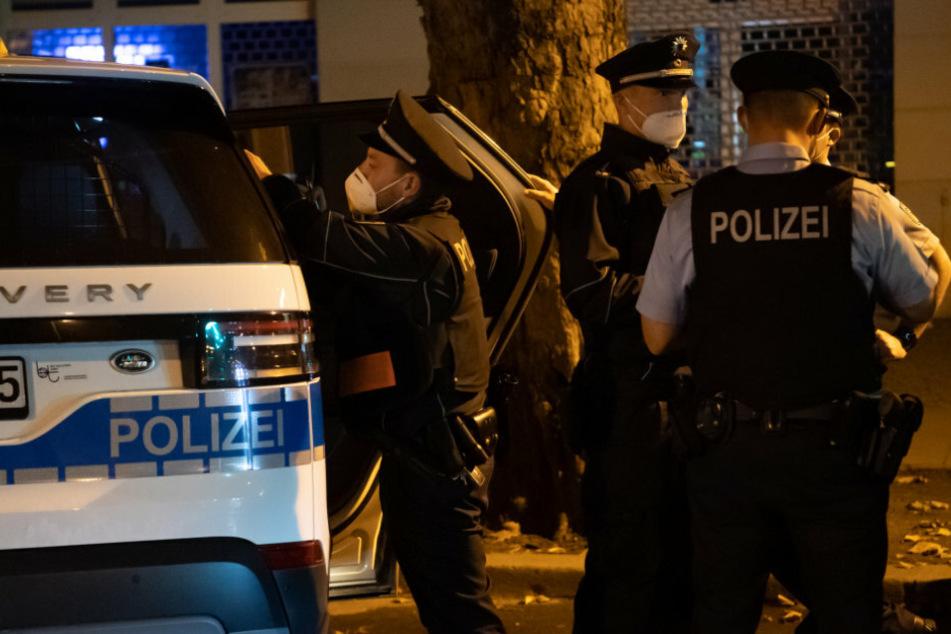 Berlin: Polizei löst illegale Corona-Party in Fabrikkeller auf: Drei Streifenwagen beschädigt