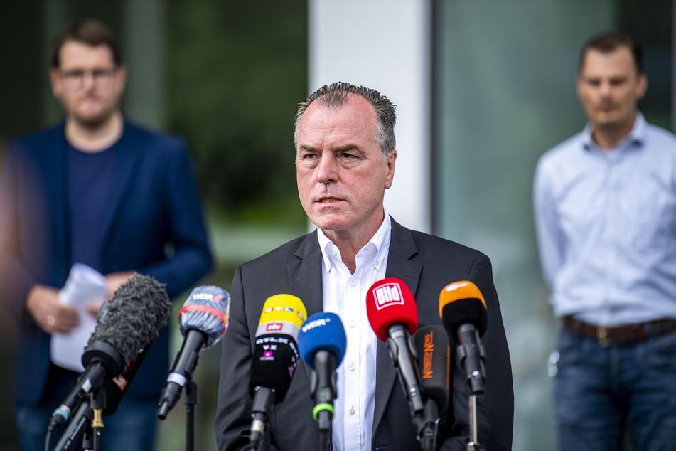 Clemens Tönnies (64) ist nach einem Corona-Massenausbruch in seiner Fleischfabrik heftig kritisiert worden.