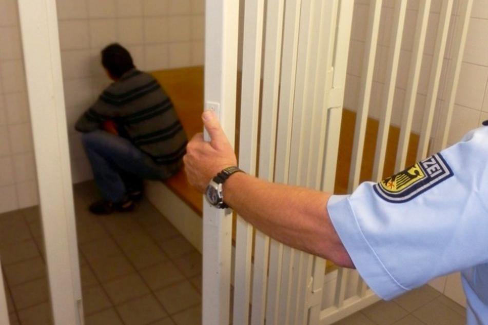 Abgeschobener Mörder wieder eingereist: Polizei erwischt Mann auf der A3