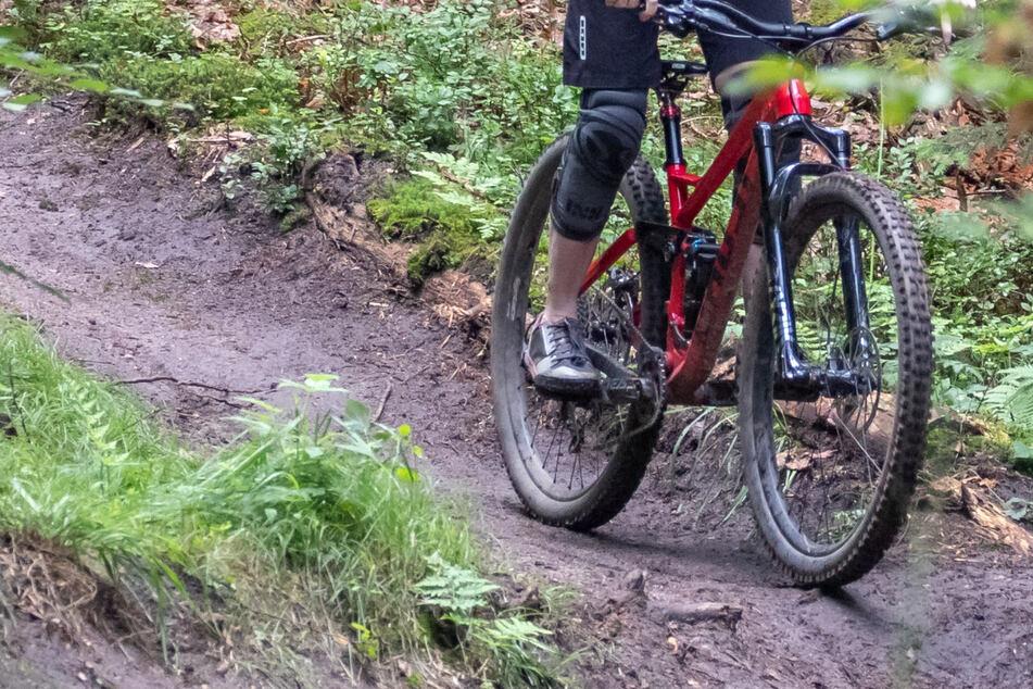 Bei einem Sturz ohne Helm ist ein Mountainbiker im Salzburger Umland gestorben. (Symbolbild)