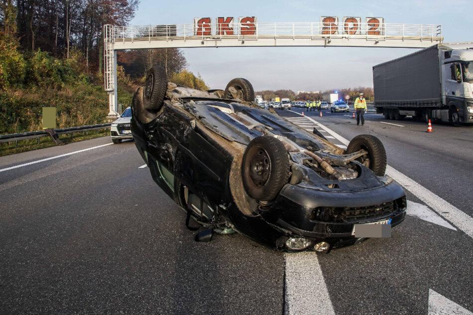 Ein am Unfall beteiligter Fahrer hat sich mit seinem Wagen überschlagen und ist auf dem Dach liegengeblieben.