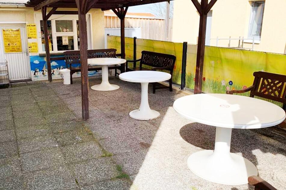 """In diesem """"Willy Vanilli""""-Eiscafé fehlen nun die markanten, roten DDR-Stühle."""