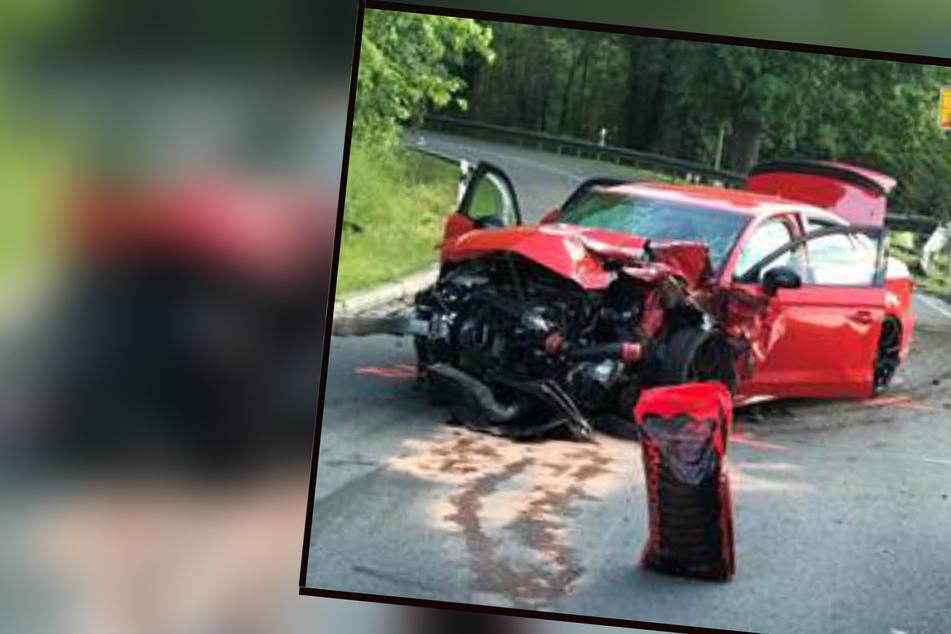 Tödlicher Unfall: Auto gerät auf Gegenfahrbahn und kollidiert mit Motorrad