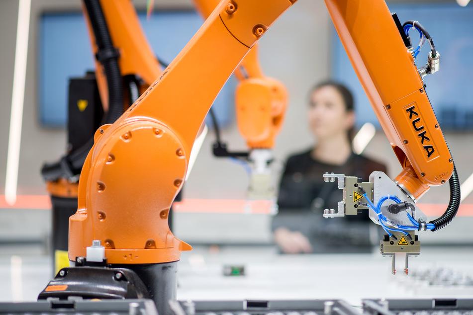 Hannover: Roboter stehen bei der Hannover Messe am Stand von Kuka. Die Corona-Krise bremst auch die Hersteller von Robotern.