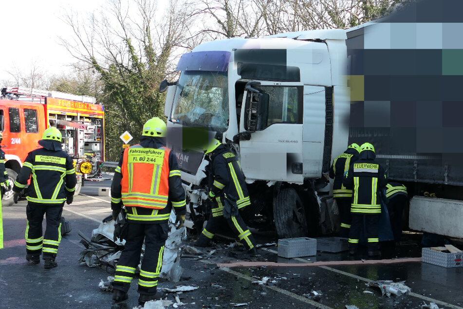 An dem Zusammenprall waren ein Lastwagen und ein Transporter beteiligt. Der Sprinter-Fahrer starb noch an der Unfallstelle.