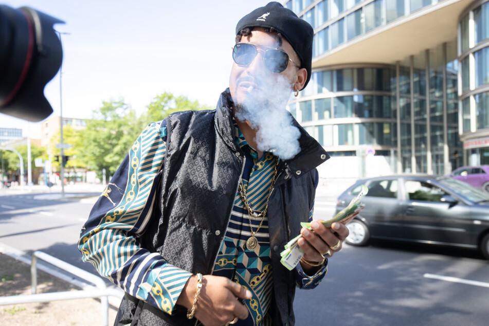 Nach dem Prozess rauchte Maxwell mit einem Bündel Geldscheine in der Hand einen Joint vor dem Amtsgericht.
