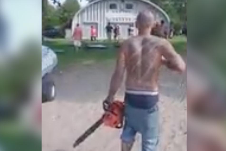 Immer wieder schaltete der blutüberströmte Typ seine Kettensäge ein und fuchtelte damit in der Luft herum.