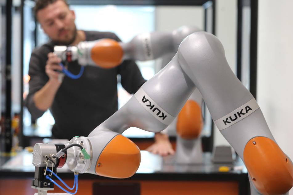 Der Roboterhersteller Kuka rechnet mit deutlichen Einbußen. (Archiv)