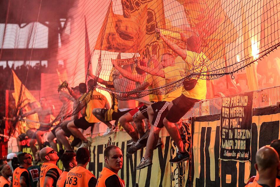 Bis die Fans wieder dicht an dicht Bengalische Feuer zünden können, vergeht noch einige Zeit.