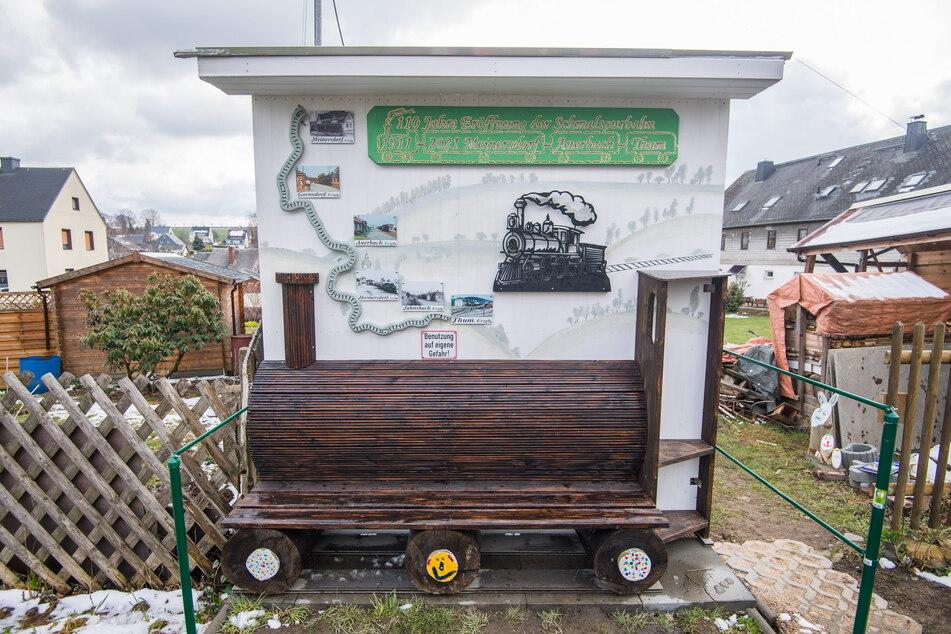 """Der Anwohner des ehemaligen Streckenverlaufs werkelte eine """"Lok-Bank"""" in seinen Garten."""