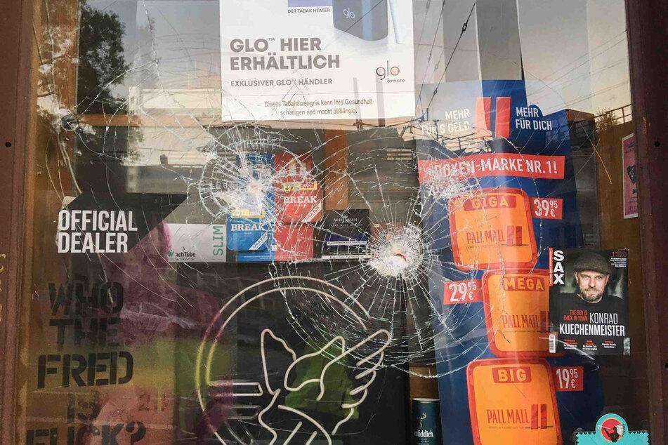 Die Schaufensterscheiben sind deutlich gezeichnet vom nächtlichen Angriff.
