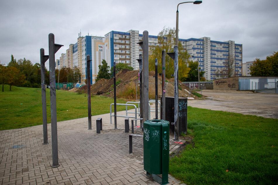 Von einem Pavillon auf einem Spielplatz in Magdeburg ist nur noch das Gerippe übrig, der Rest ist abgebrannt.