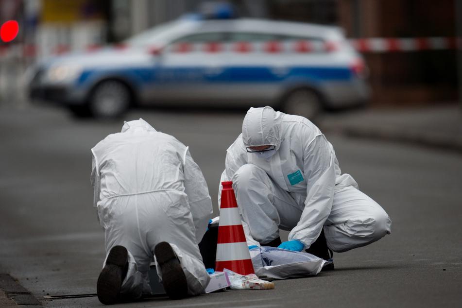 Ein 46-Jähriger wurde am 9. Januar 2017 in Visselhövede von mehreren Kugeln getroffen. Ermittler sichern Spuren. (Archivbild)