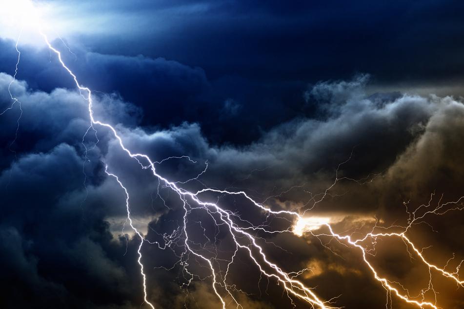Leipzig: Vier Verletzte bei Blitzeinschlag in Aussichtsturm: 31-Jähriger aus Leipzig muss reanimiert werden