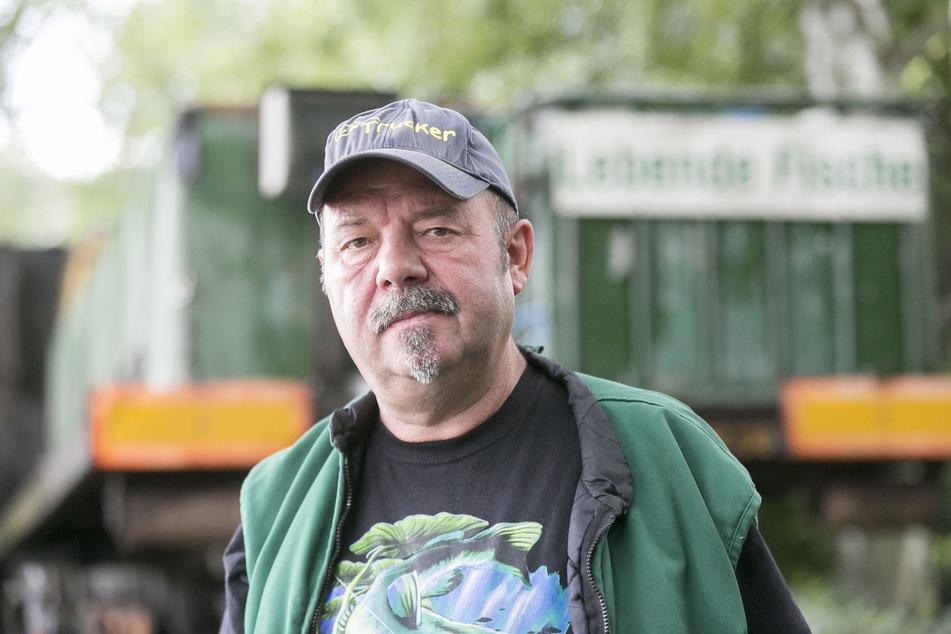 Armin Kittner (58) bewirtschaftet 46 Teiche in der Oberlausitz. Der Wassermangel ist nicht seine einzige Sorge. Bei Niedrigwasser können Fressfeinde wie Kormorane und Reiher auch leichter Beute machen in den Zuchtgewässern.