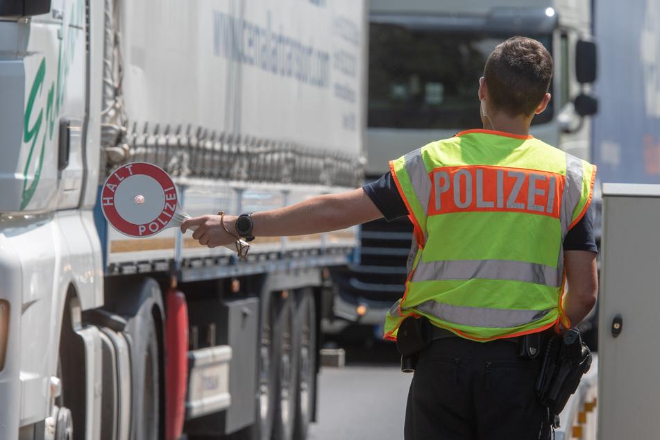 Bundespolizisten haben bei einer Kontrolle auf der A15 25 geschleuste Menschen entdeckt (Symbolbild).