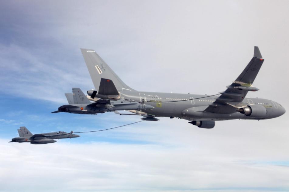 Ein Airbus A330 MRTT betankt einen Kampfjet in der Luft.